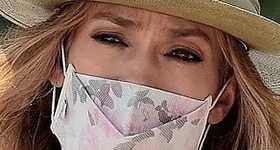 Jennifer Lopez con un collar que dice BEN