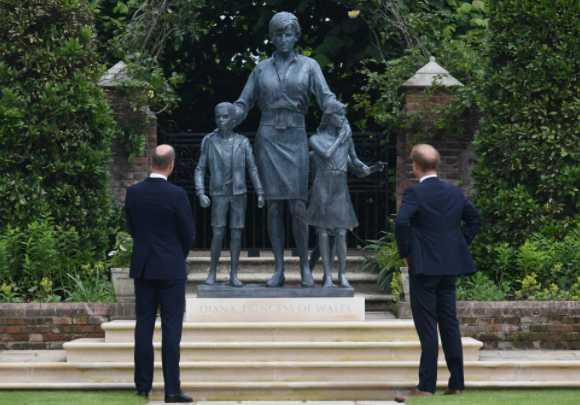 William y Harry con la estatua de Diana en el palacio de Kensington