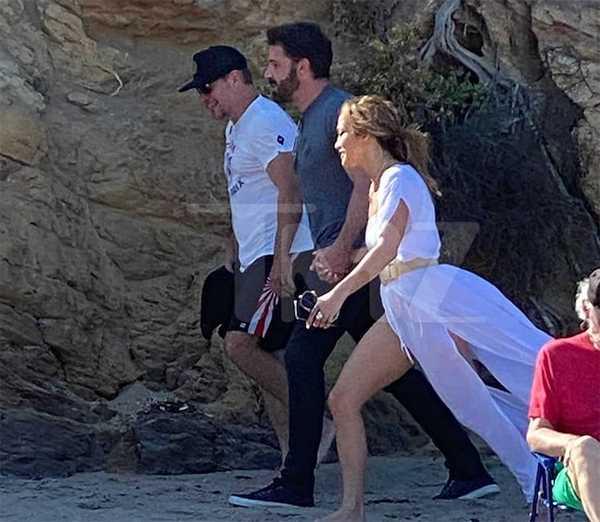 JLo y Ben Affleck caminan por la playa con Matt Damon