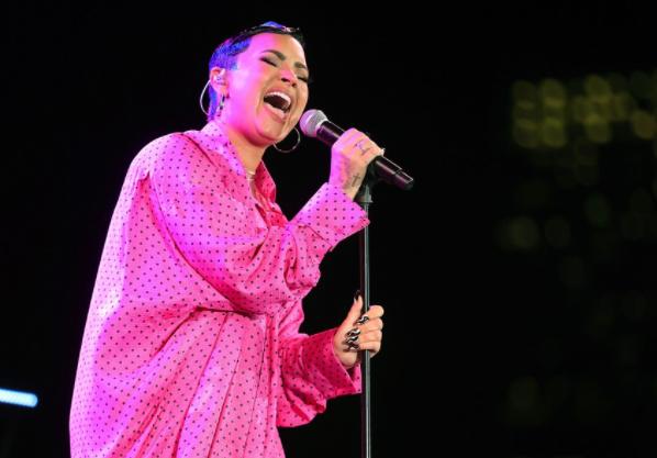 Demi Lovato se presenta en festival de música después de criticar Lollapalooza