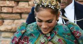 JLo con la etiqueta de precio en su capa Dolce & Gabbana