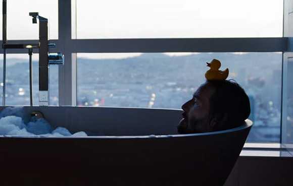 The Matrix Resurrections - Neo en la bañera con un patito de goma en la cabeza