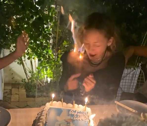 Nicole Richie quemó su cabello soplando las velas en su cumple 40