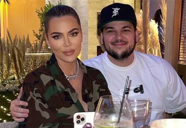 Rob Kardashian sonriente con Khloe